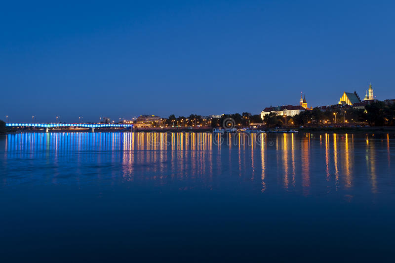 Panorama de Varsovie pendant la nuit image libre de droits