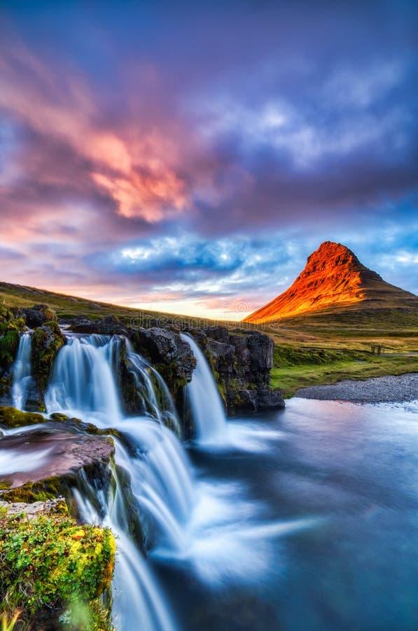 Panorama de verano islandés, montaña Kirkjufall al atardecer con cascada y luz hermosa fotografía de archivo libre de regalías
