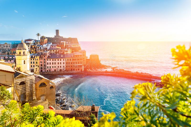 Panorama de Vernazza, parque nacional Cinque Terre, Liguria, Italia, Europa Pueblos coloridos fotografía de archivo