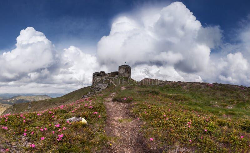 Panorama de vieilles ruines d'observatoire aux montagnes carpathiennes photos stock