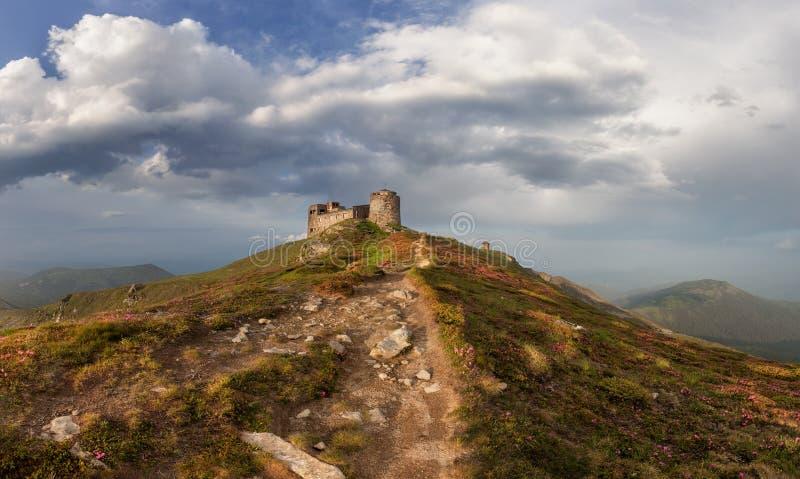 Panorama de vieilles ruines d'observatoire aux montagnes carpathiennes image stock