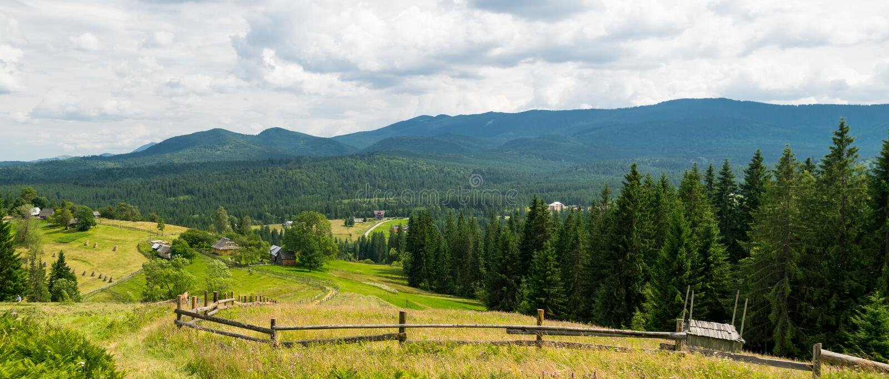 Panorama de village alpin en Ukraine image libre de droits