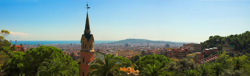 Panorama de ville de Barcelone de stationnement Guell par Gaudi photo libre de droits