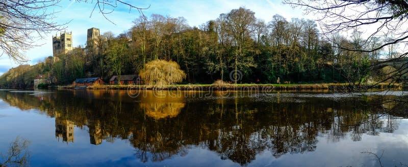 Panorama de ville de Durham des banques d'usage de rivière photographie stock libre de droits