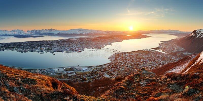 Panorama de ville de la Norvège - Tromso au coucher du soleil photos stock