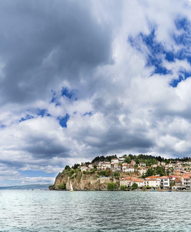 Panorama de ville et de lac Ohrid d'Ohrid d'une journée de printemps nuageuse image stock