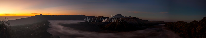 Panorama de Volcano Mount Bromo, juste avant le lever de soleil photo stock
