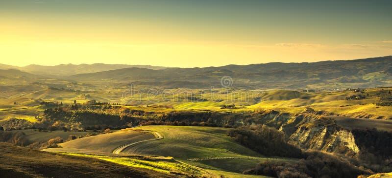 Panorama de Volterra, Rolling Hills y campos verdes Toscana, Ital imagenes de archivo