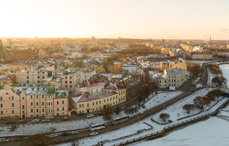 Panorama de Vyborg da cidade no inverno de uma altura, de uma casa do telhado da neve e de um rio congelado Rússia Vyborg janeiro imagem de stock