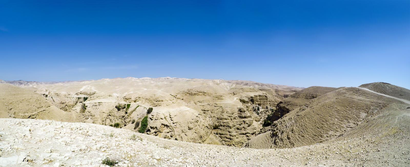 Panorama de Wadi Qelt no deserto de Judean em torno de St George Orthodox Monastery foto de stock