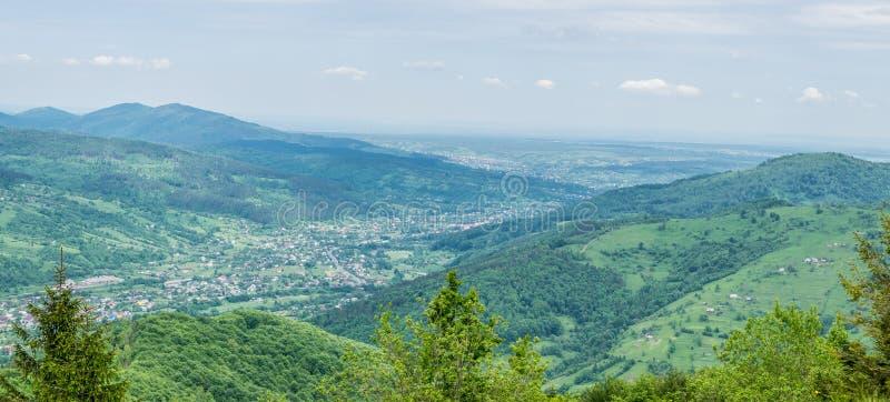 Panorama de Yaremche en Cárpatos imagenes de archivo