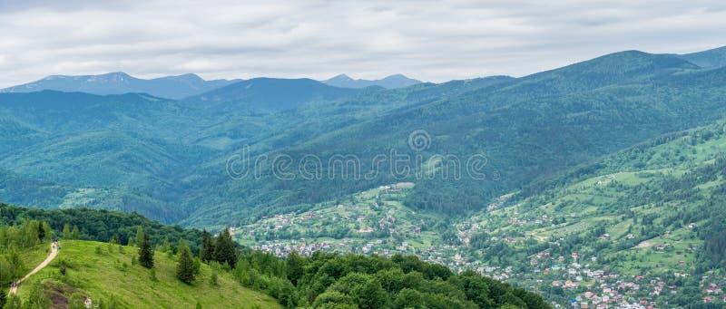Panorama de Yaremche en las colinas de Cárpatos fotografía de archivo libre de regalías