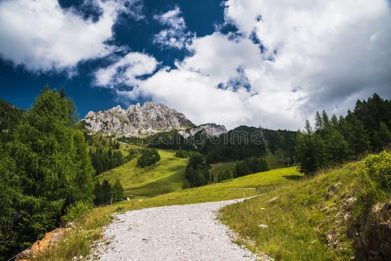 Panorama in de zomerbergen royalty-vrije stock afbeelding