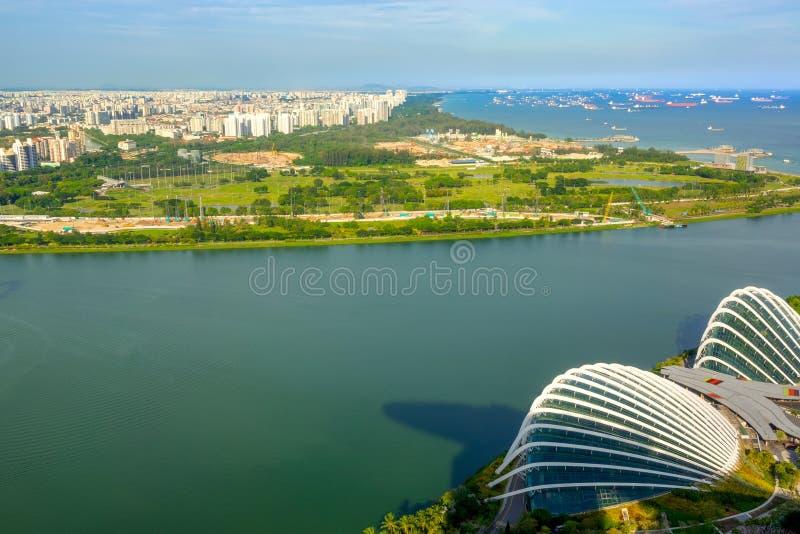 Panorama de zone résidentielle et d'incursion de bateau à Singapour Silhouette d'homme se recroquevillant d'affaires photo libre de droits
