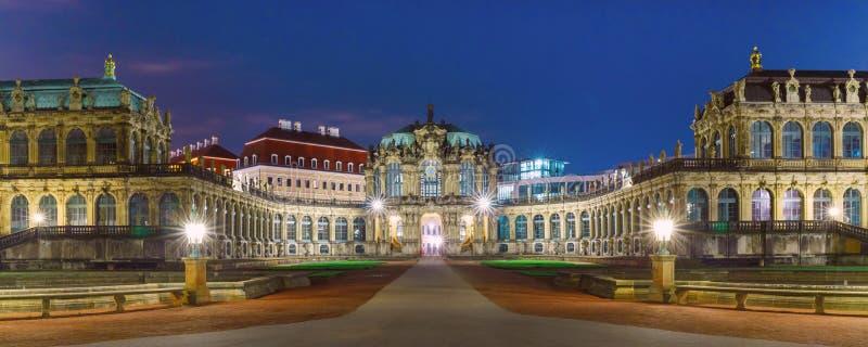 Panorama de Zwinger na noite em Dresden, Alemanha foto de stock royalty free
