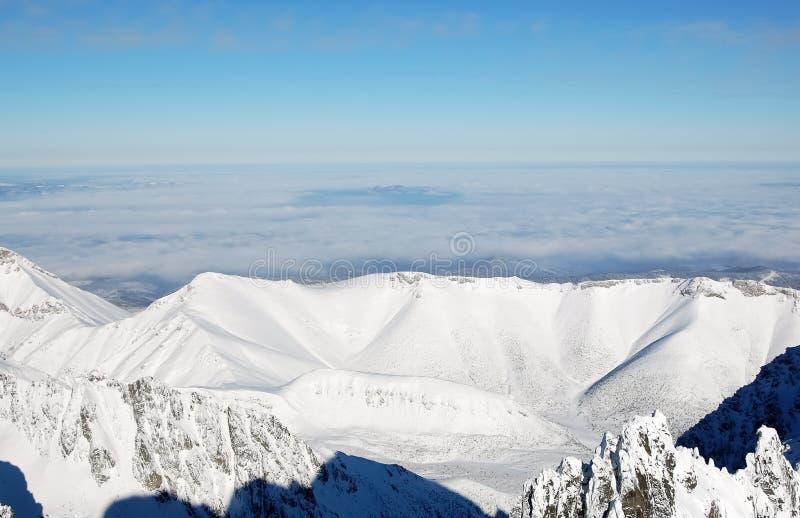 Panorama dei picchi di montagna nell'alto Tatras nell'inverno da Lom fotografia stock libera da diritti