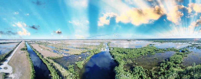 Panorama dei terreni paludosi al crepuscolo dall'aria fotografia stock