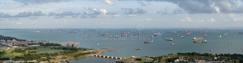 Panorama del área del ancladero de Singapur enfrente de jardines por la bahía con muchas naves en un ancladero imágenes de archivo libres de regalías