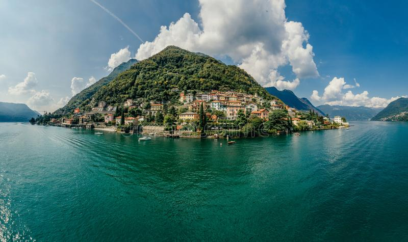 Panorama del abejón de la realidad virtual del vr del aire 360 del abejón del lago italy Como imágenes de archivo libres de regalías