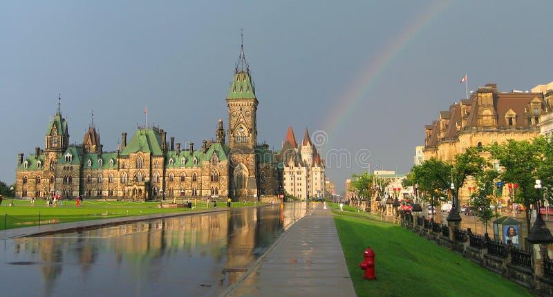 Panorama del arcoiris y el cielo oscuro sobre el ala oriental en Parliament Hill en Ottawa, Ontario, Canadá foto de archivo libre de regalías