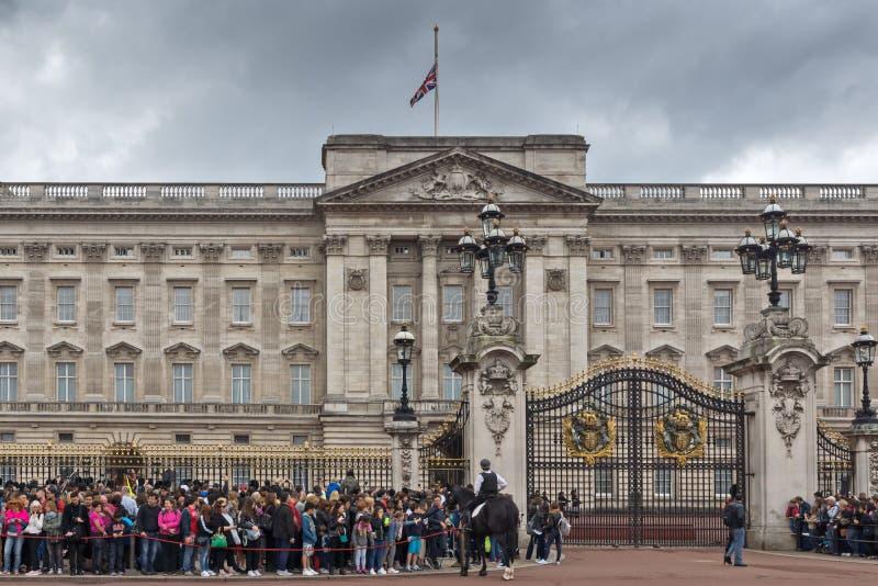 Panorama del Buckingham Palace en Londres, Inglaterra, Gran Bretaña imágenes de archivo libres de regalías