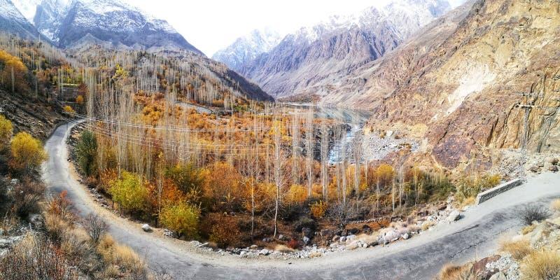 Panorama del camino curvado en paisaje del otoño con el río, valle de montañas rocosas en Paquistán fotografía de archivo