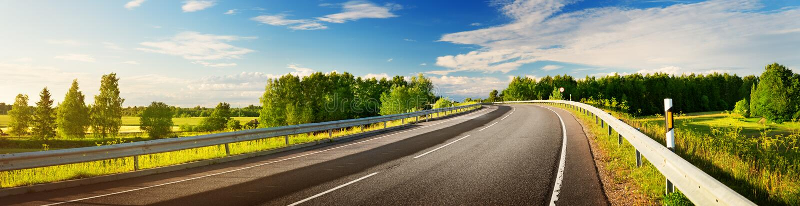 Panorama del camino en la tarde soleada de la primavera imagenes de archivo
