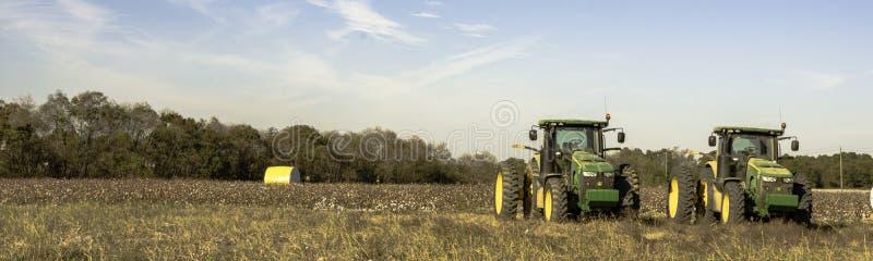 Panorama del campo del algodón con dos tractores foto de archivo libre de regalías