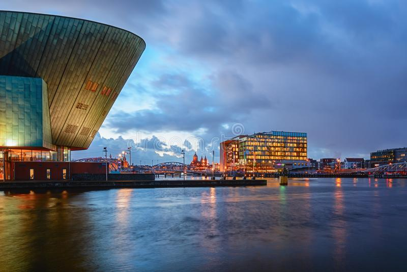 Panorama del canal de Oosterdok en Amsterdam con la parte posterior de Nemo Science Museum a la izquierda foto de archivo
