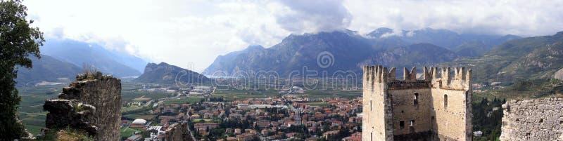 Download Panorama del castello fotografia stock. Immagine di corsa - 111932