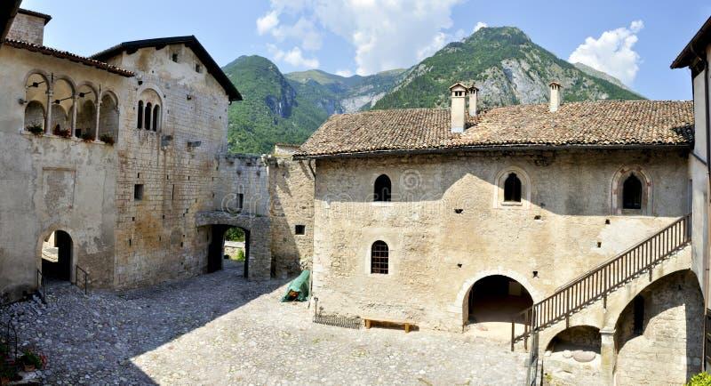 Panorama del castello di Stenico fotografia stock libera da diritti