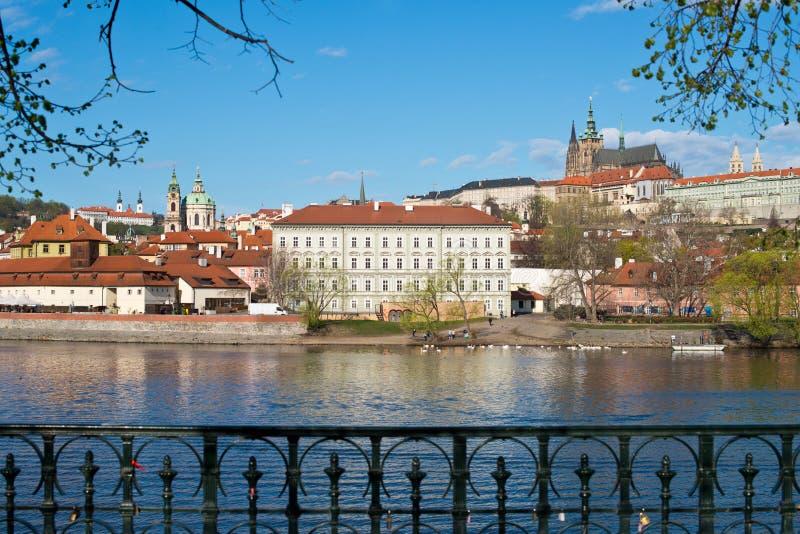 Panorama del castillo de Praga con Moldava foto de archivo libre de regalías