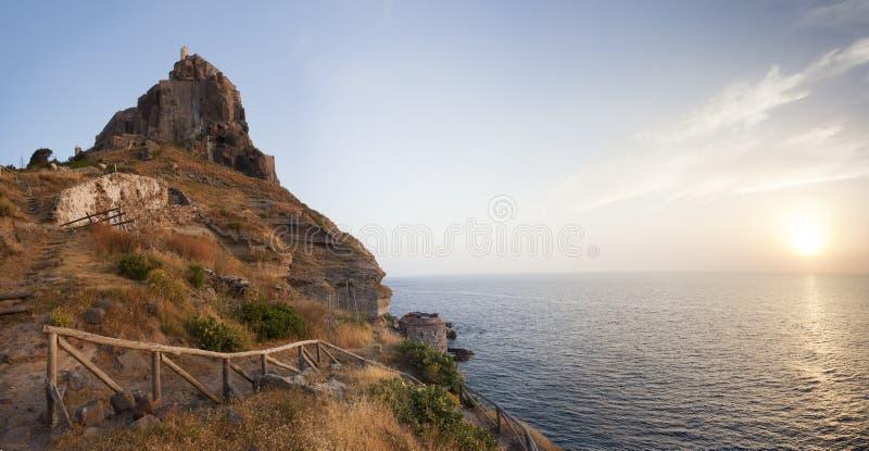 Panorama del castillo en la isla de Capraia con el sol naciente imagen de archivo