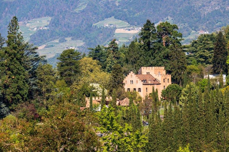 Panorama del castillo Pienzenau entre un paisaje verde de Meran Merano, provincia Bolzano, el Tyrol del sur, Italia fotografía de archivo libre de regalías
