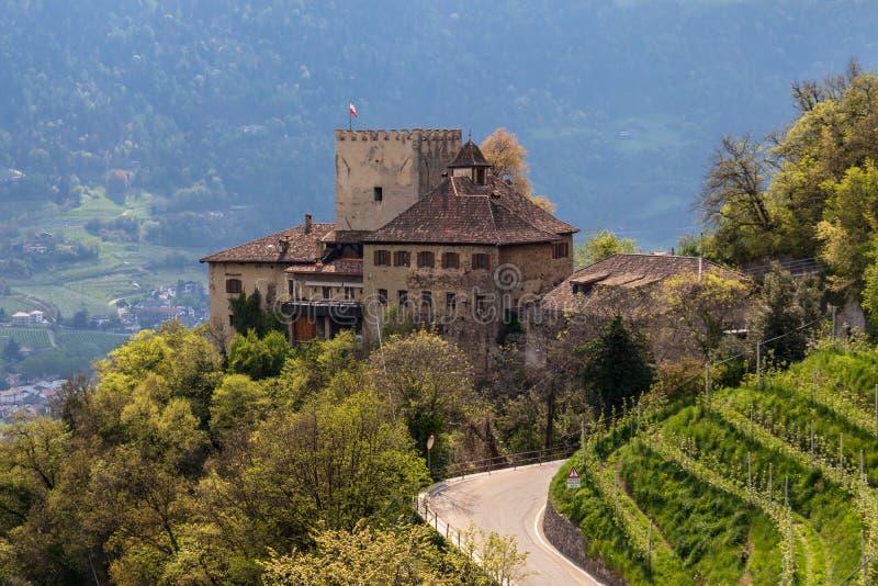 Panorama del castillo Thurnstein entre un paisaje verde de Meran Pueblo del Tirol, provincia Bolzano, el Tyrol del sur, Italia foto de archivo libre de regalías