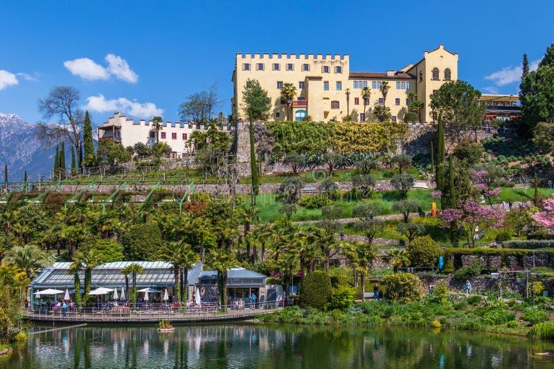 Panorama del castillo y de jardines botánicos de Trauttmansdorff en un paisaje de las montañas de Meran Merano, provincia Bolzano fotos de archivo libres de regalías