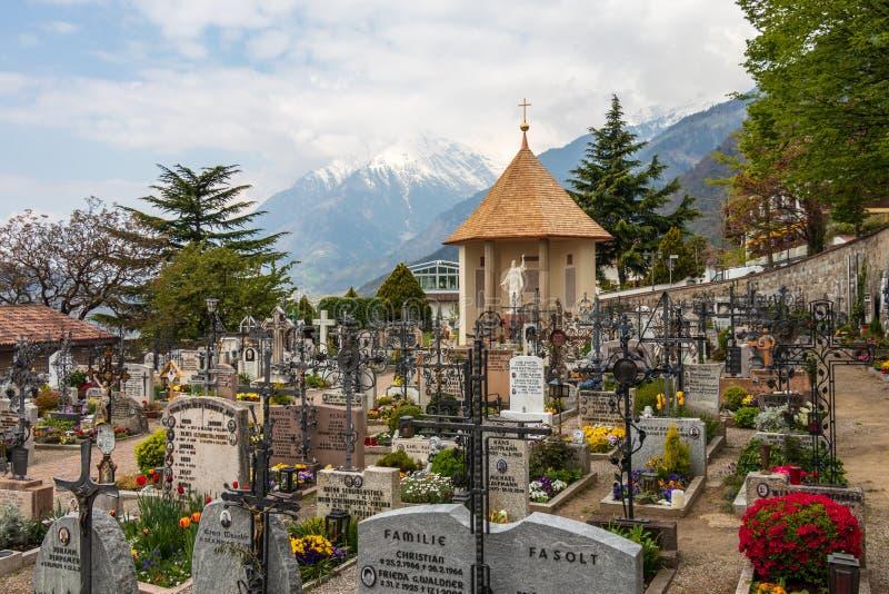 Panorama del cementerio, del cementerio y de la capilla principales del pueblo del municipio del Tirol Tirolo, el Tyrol del sur,  imagenes de archivo