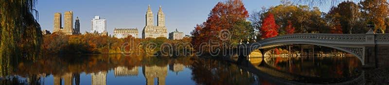 Panorama del Central Park con il ponticello dell'arco fotografia stock