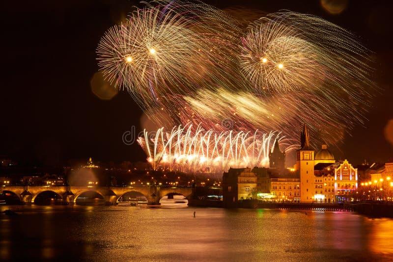 Panorama del centro de Praga en la noche durante los fuegos artificiales del Año Nuevo foto de archivo libre de regalías