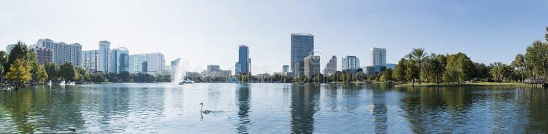 Panorama del centro di Eola del lago orlando con le costruzioni urbane e la riflessione immagini stock libere da diritti