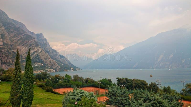 Panorama del centro turístico del lago Garda fotos de archivo libres de regalías