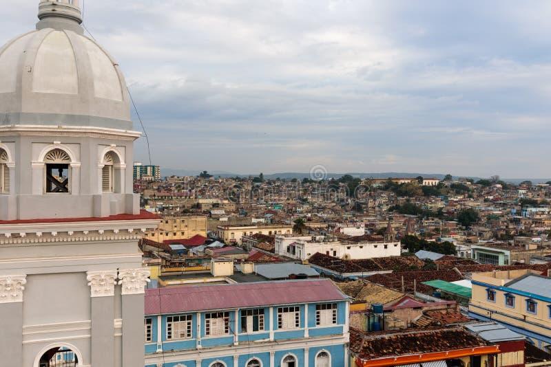 Panorama del centro urbano con le vecchie case Santiago de Cuba, Cuba immagine stock libera da diritti