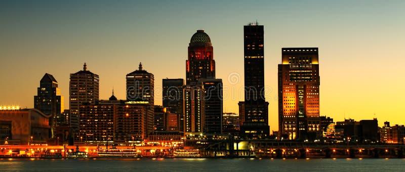 Panorama del centro urbano di notte di Louisville attraverso il fiume Ohio fotografia stock
