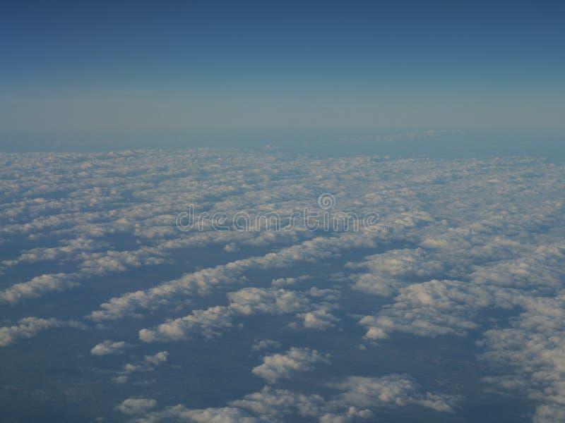 Panorama del cielo azul y de la nube como a través vista ventana de un avión sobre Europa imagenes de archivo