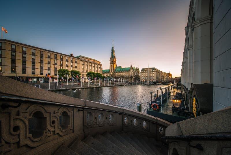 Panorama del comune di Amburgo Rathaus fotografia stock
