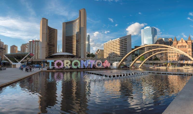 Panorama del comune di Toronto e di Nathan Phillips Square al tramonto immagine stock libera da diritti