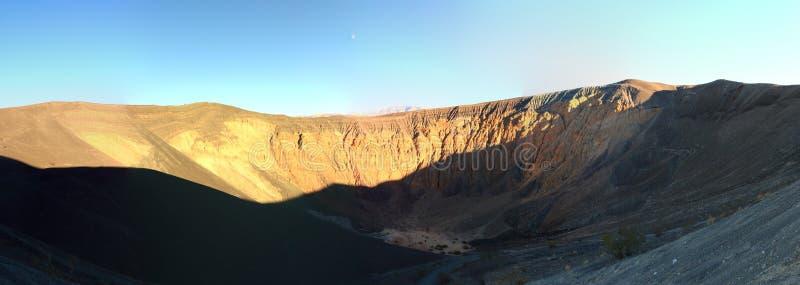 Panorama del cráter colorido de Ubehebe en el parque nacional de Death Valley, California imagen de archivo libre de regalías