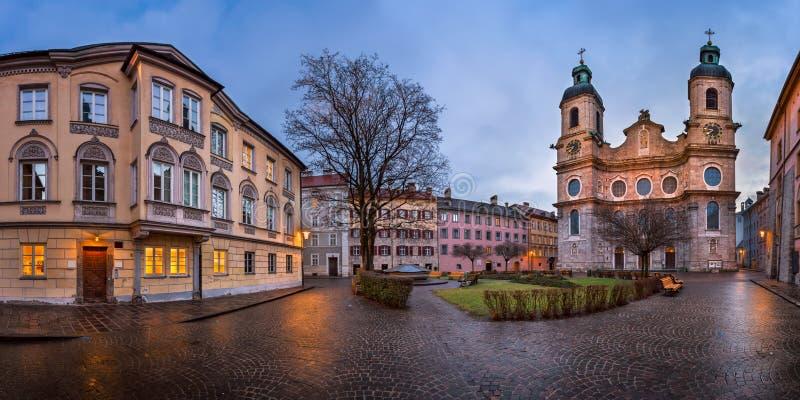 Panorama del cuadrado y del santo Jacob Cathedral, Innsbruck de Domplatz fotografía de archivo libre de regalías