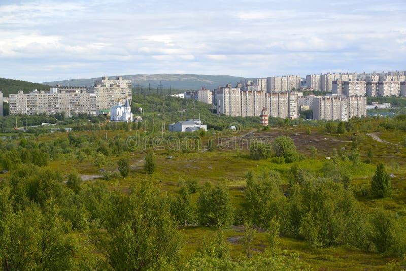 Panorama del distrito residencial habitado de la ciudad de Murmansk foto de archivo