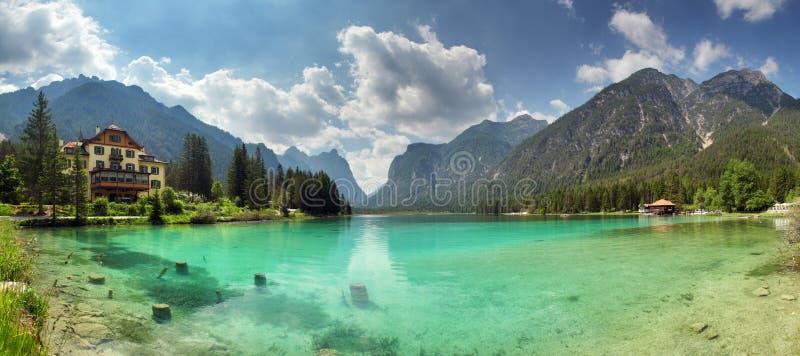 Panorama del dobbiaco del lago, montaña de las dolomías imagenes de archivo